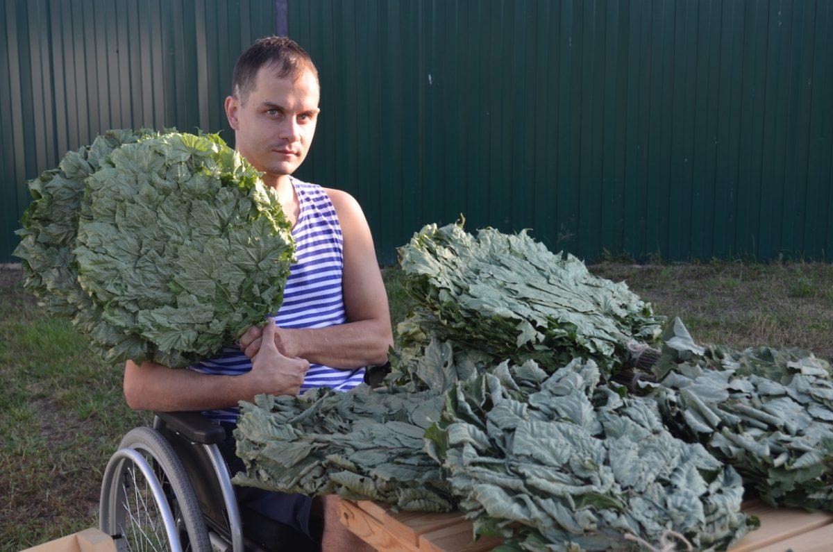 «Держится так, словно нет инвалидности»: нижегородец-колясочник сам зарабатывает на реабилитацию в Крыму