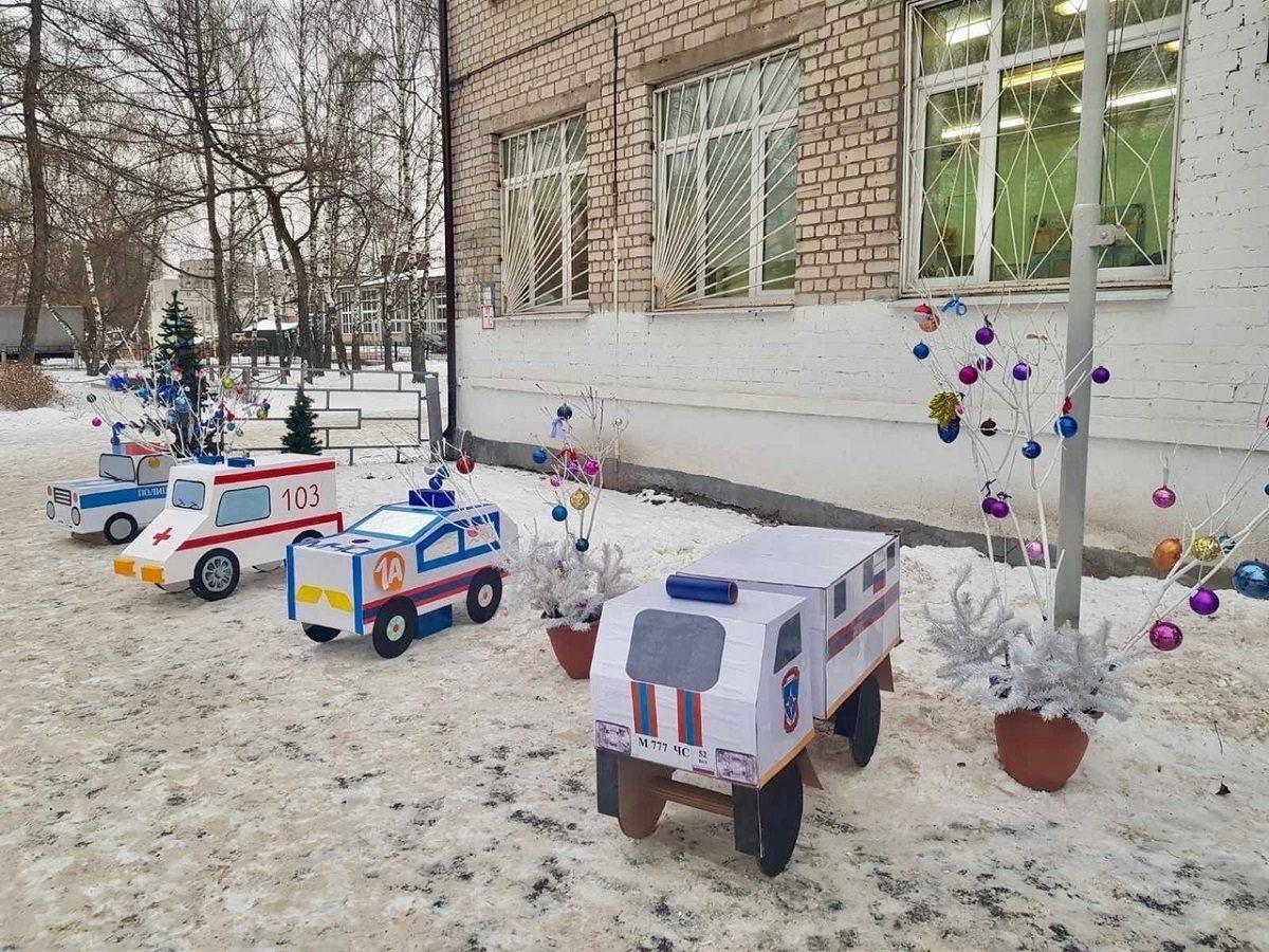 Фото дня: парад классных машин устроили рядом со школой на Бору