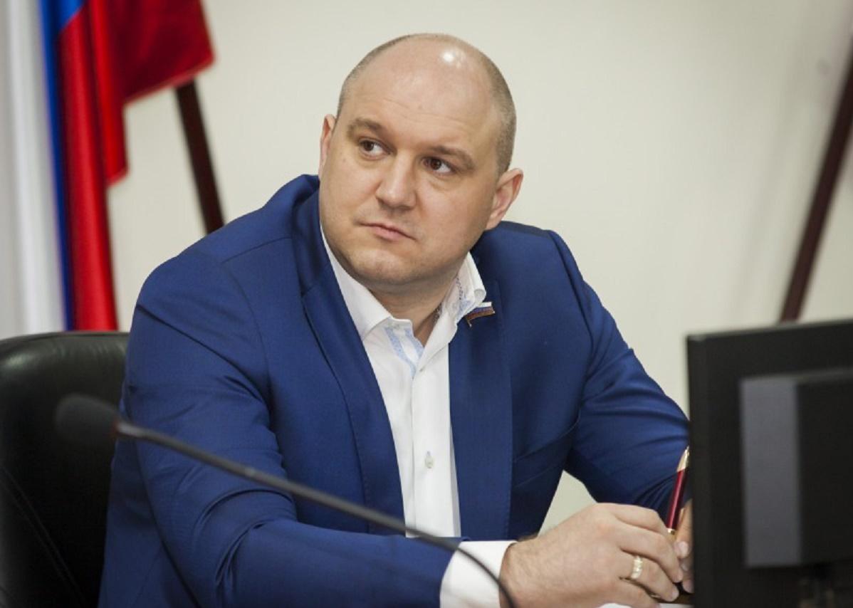 Бывшего нижегородского депутата Валерия Гельжиниса обвиняют в мошенничестве с медицинскими масками на 70 млн рублей