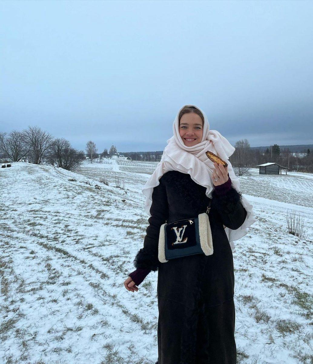 Наталья Водянова с детьми испекла калитки в Карелии