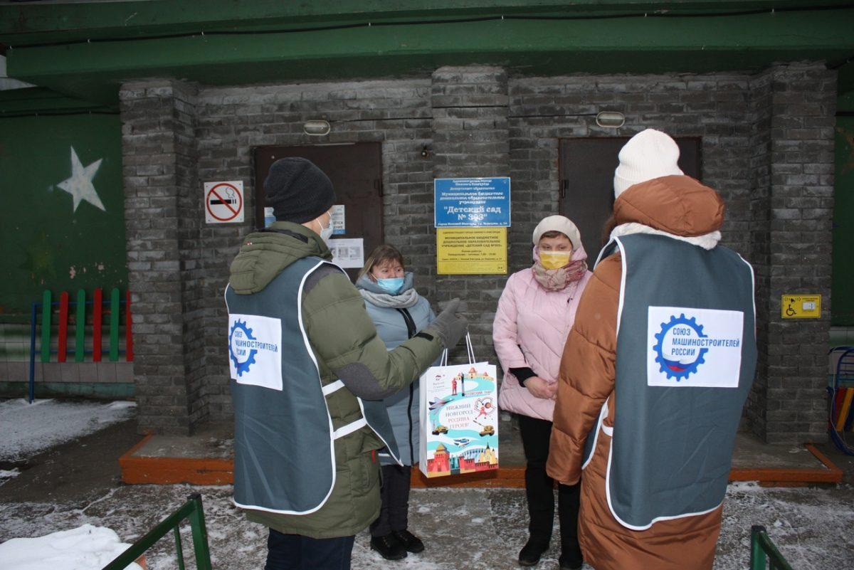 Волонтеры Победы доставили бесконтактные термометры в17 детских садов Московского района