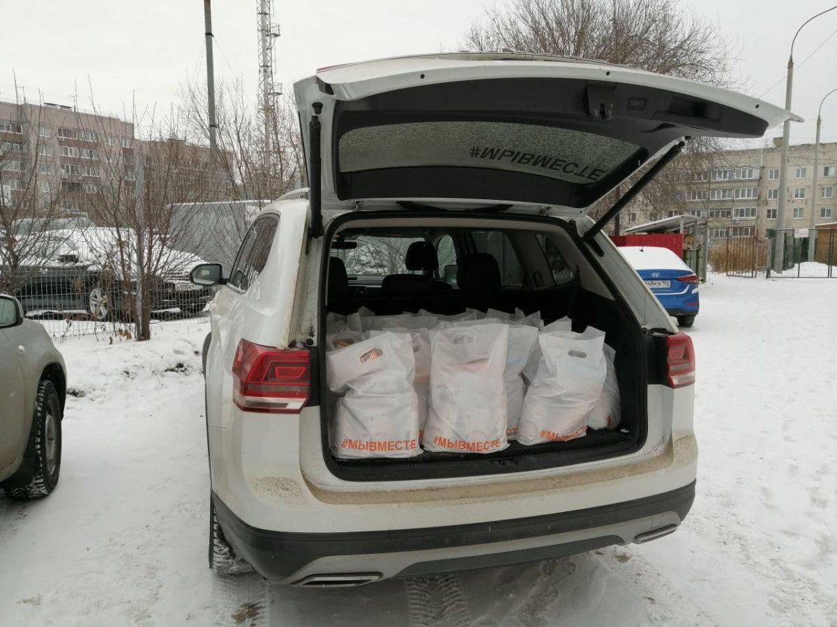 Продуктовые наборы и сладкие подарки раздали волонтеры в Афонино