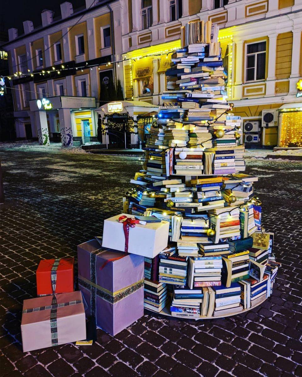Фото дня: ёлка из книг «выросла» на улице Большая Покровская