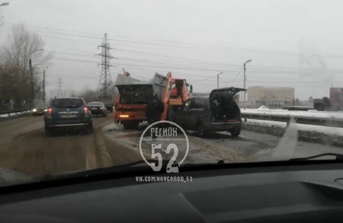 Легковушка влетела в эвакуатор на Кировской трассе в Нижегородской области