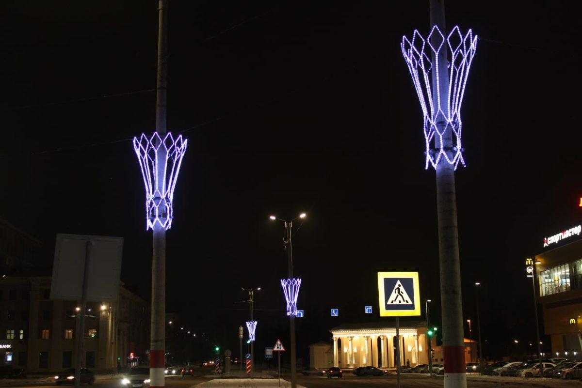 Улицы Дзержинска украсили в Новому году