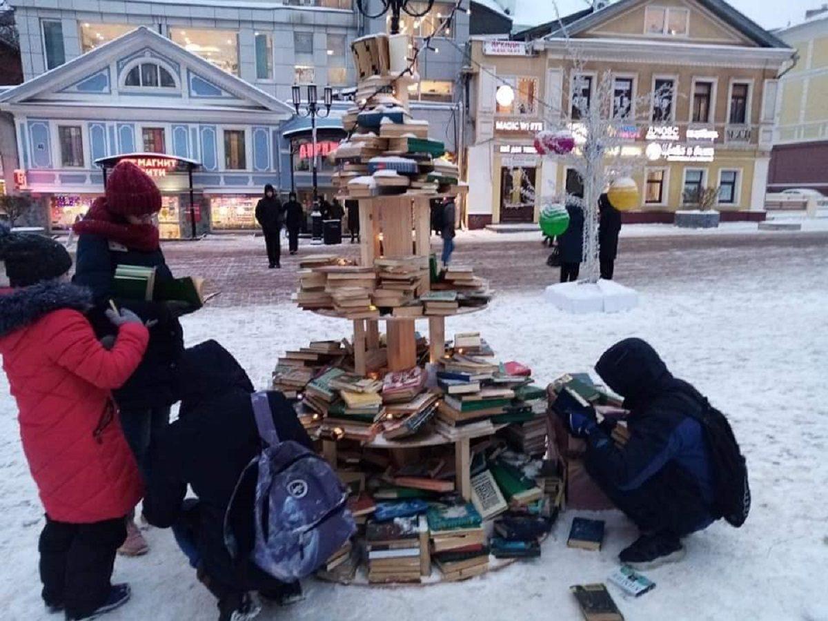 Читающая нация: нижегородцы забрали книги с «литературной ёлки» на Большой Покровской