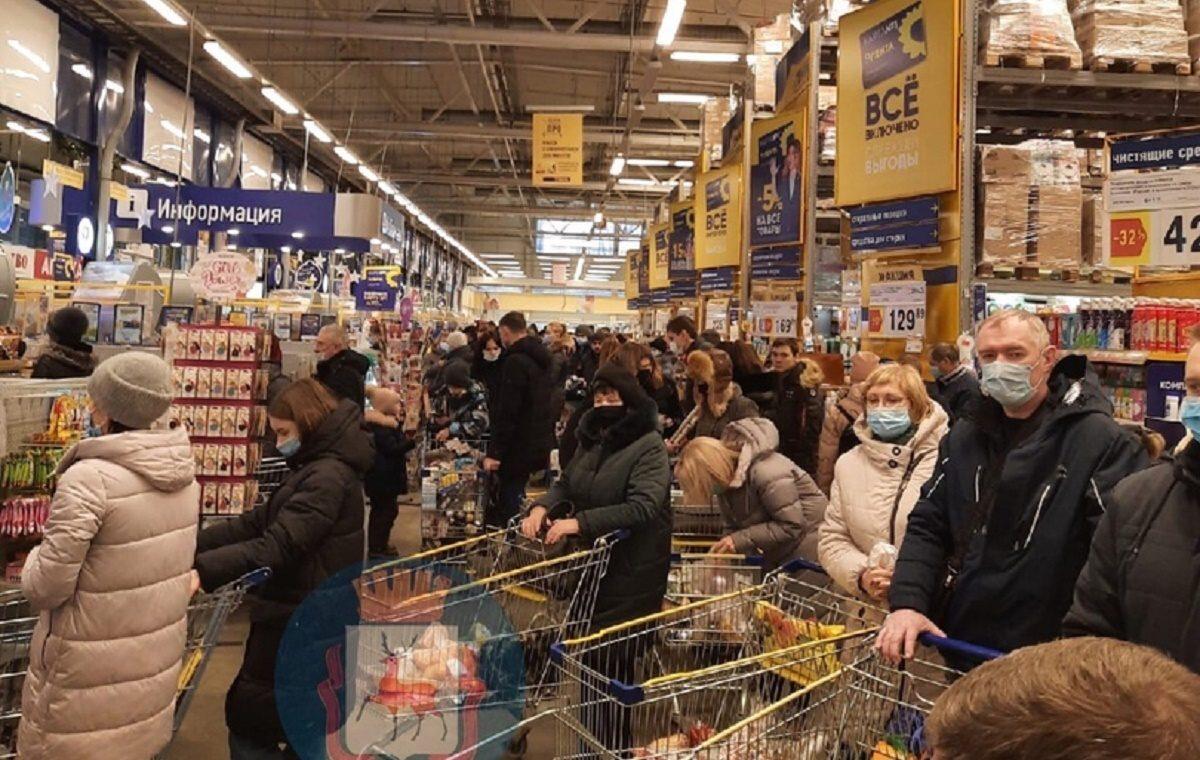 Многометровые очереди образовались в нижегородских супермаркетах перед Новым годом