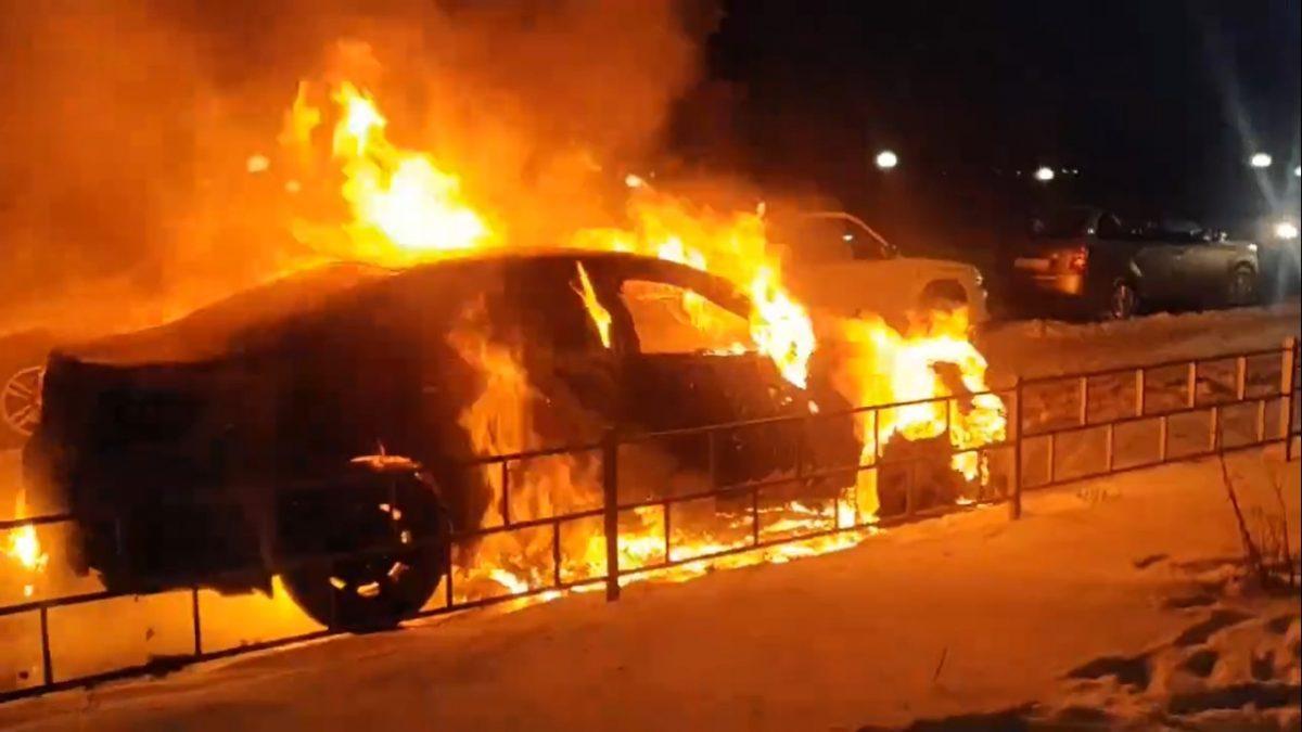 «Пламенные поклонники» подожгли автомобиль журналиста в Дзержинске