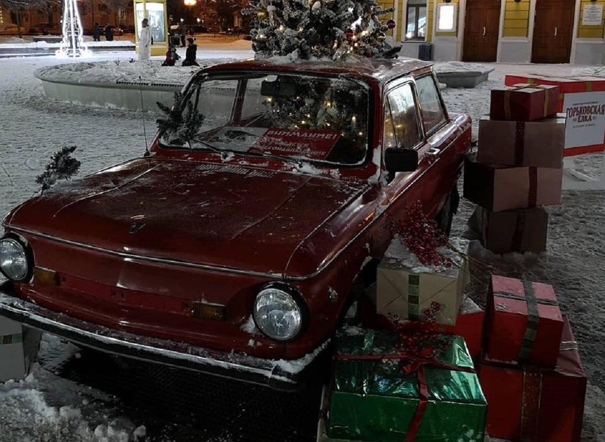 Вандалы испортили новогоднюю автомобильную инсталляцию на Большой Покровской