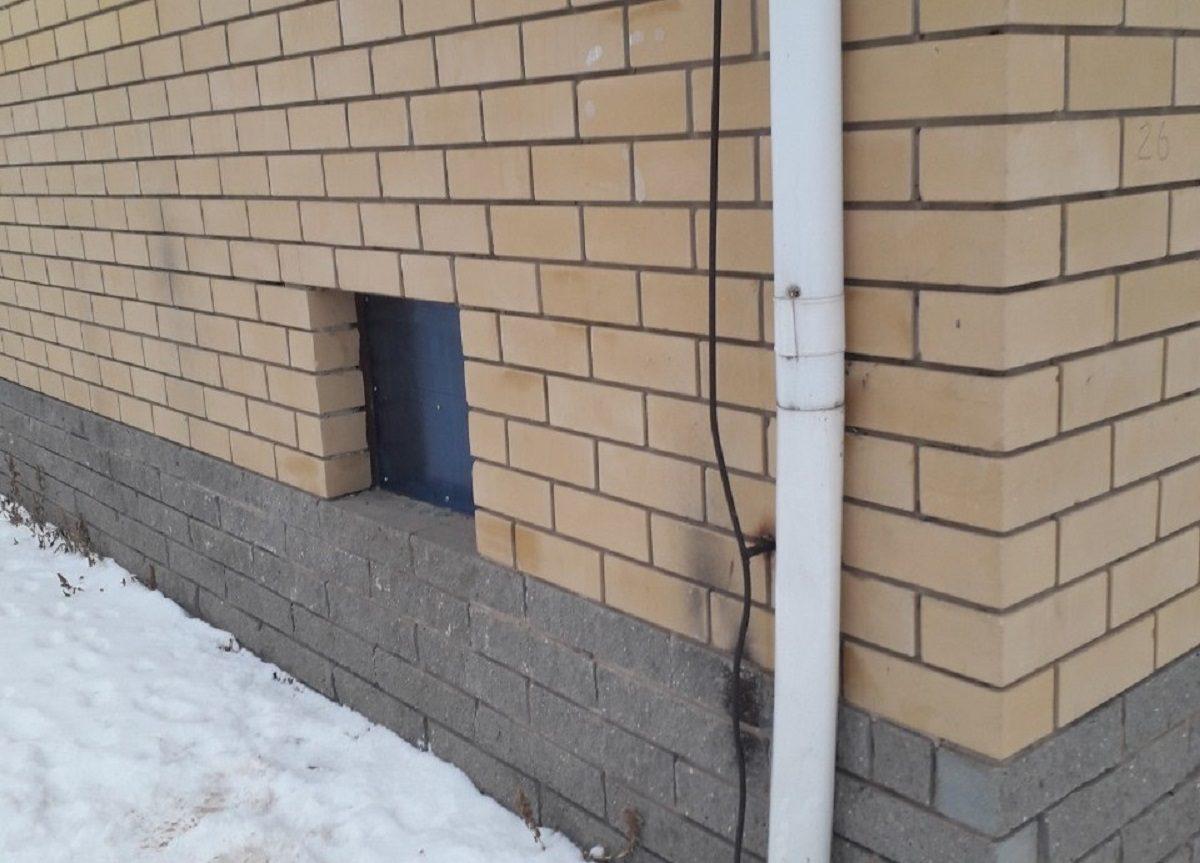 В Сергаче восстановили остекление окон в подвале дома по требованию ГЖИ