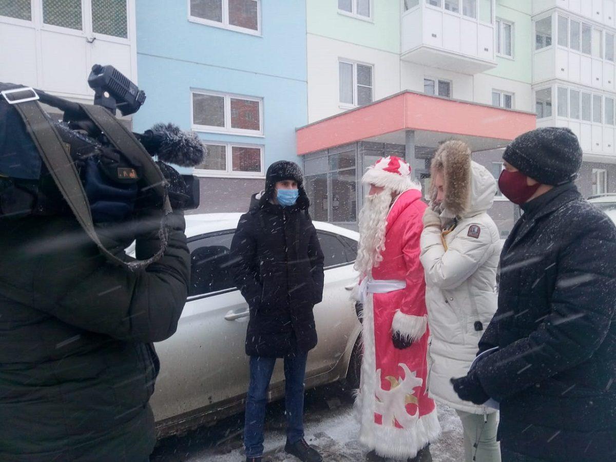Дед Мороз попросил нижегородцев неперегораживать личными автомобилями подъезд кконтейнерным площадкам впраздничные дни