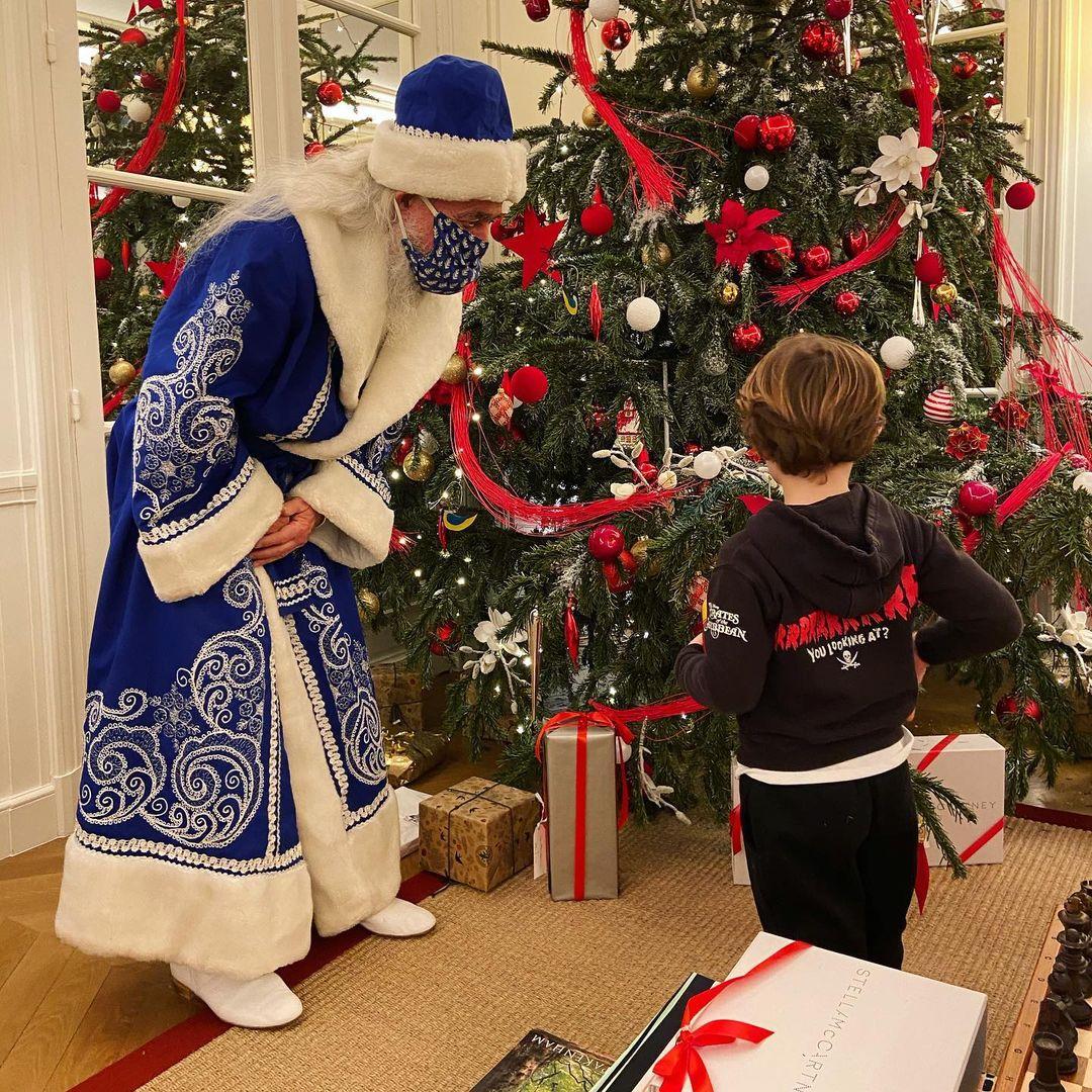 Наталья Водянова показала, как к ее детям домой пришел русский Дед Мороз