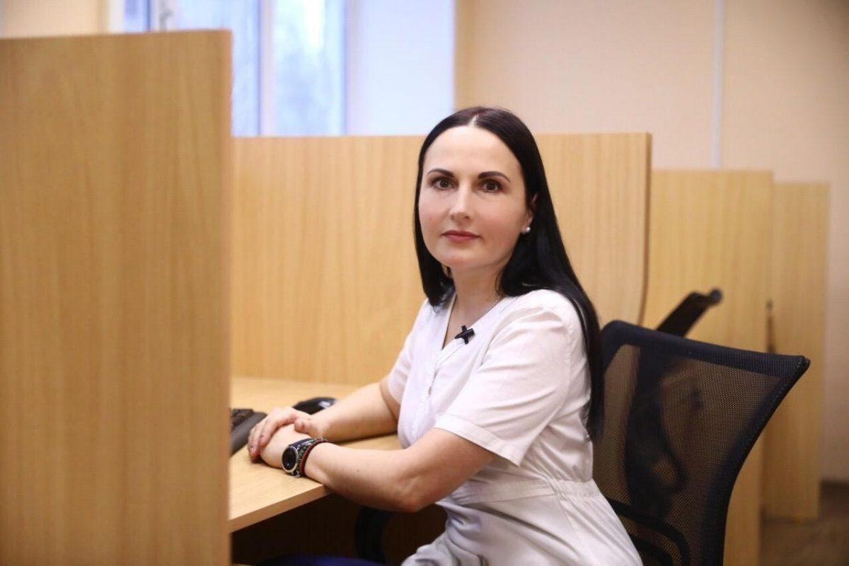«Я обычная, просто стараюсь по возможности всем помогать»: медсестра из Нижнего Новгорода мечтает об окончании пандемии и о томике своих стихов