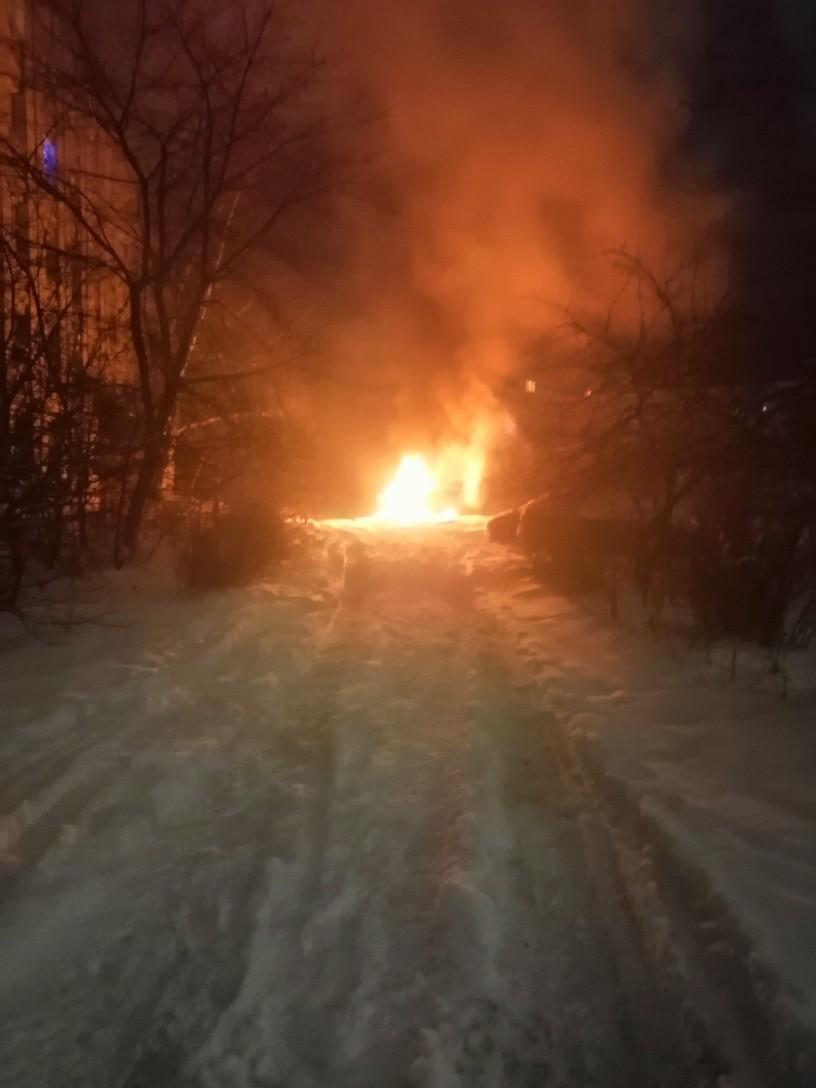 В Дзержинске неизвестные сожгли припаркованный у дома автомобиль