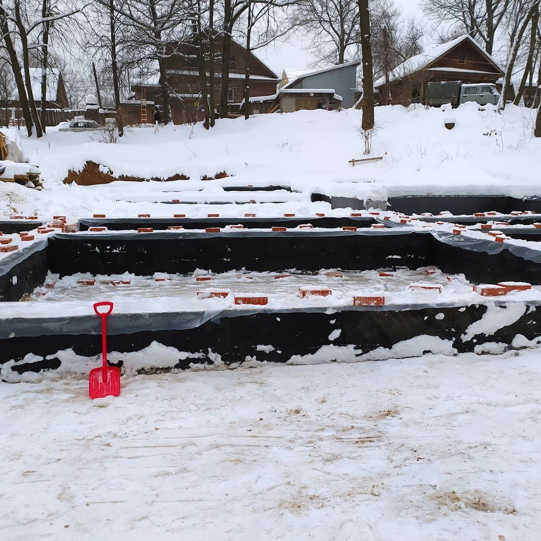 Волонтеры расчистили снег с фундамента дома Павловой