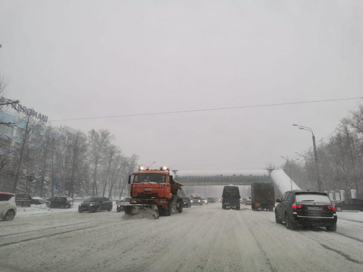 Дорожные службы Нижнего Новгорода перешли на усиленный режим работы из-за метели