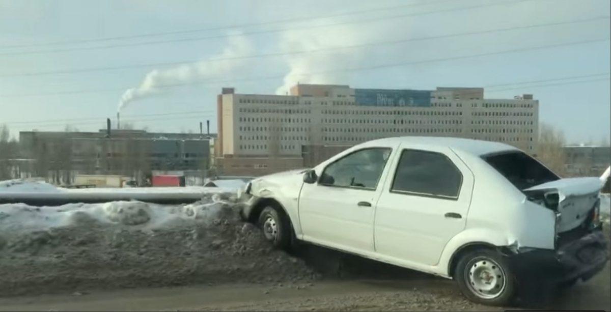 Три авто столкнулись у Карповского моста: машина чуть не улетела в реку