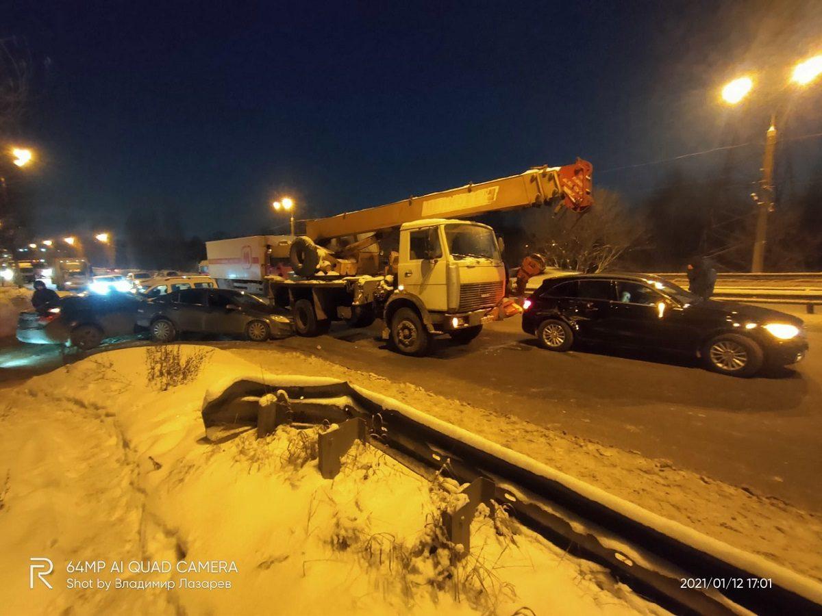 У автокрана слетел ручник: восемь автомобилей столкнулись в Нижнем Новгороде