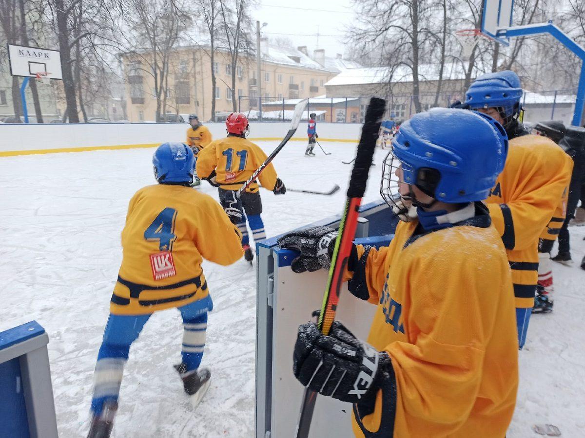 ВКстове открылась универсальная хоккейная коробка