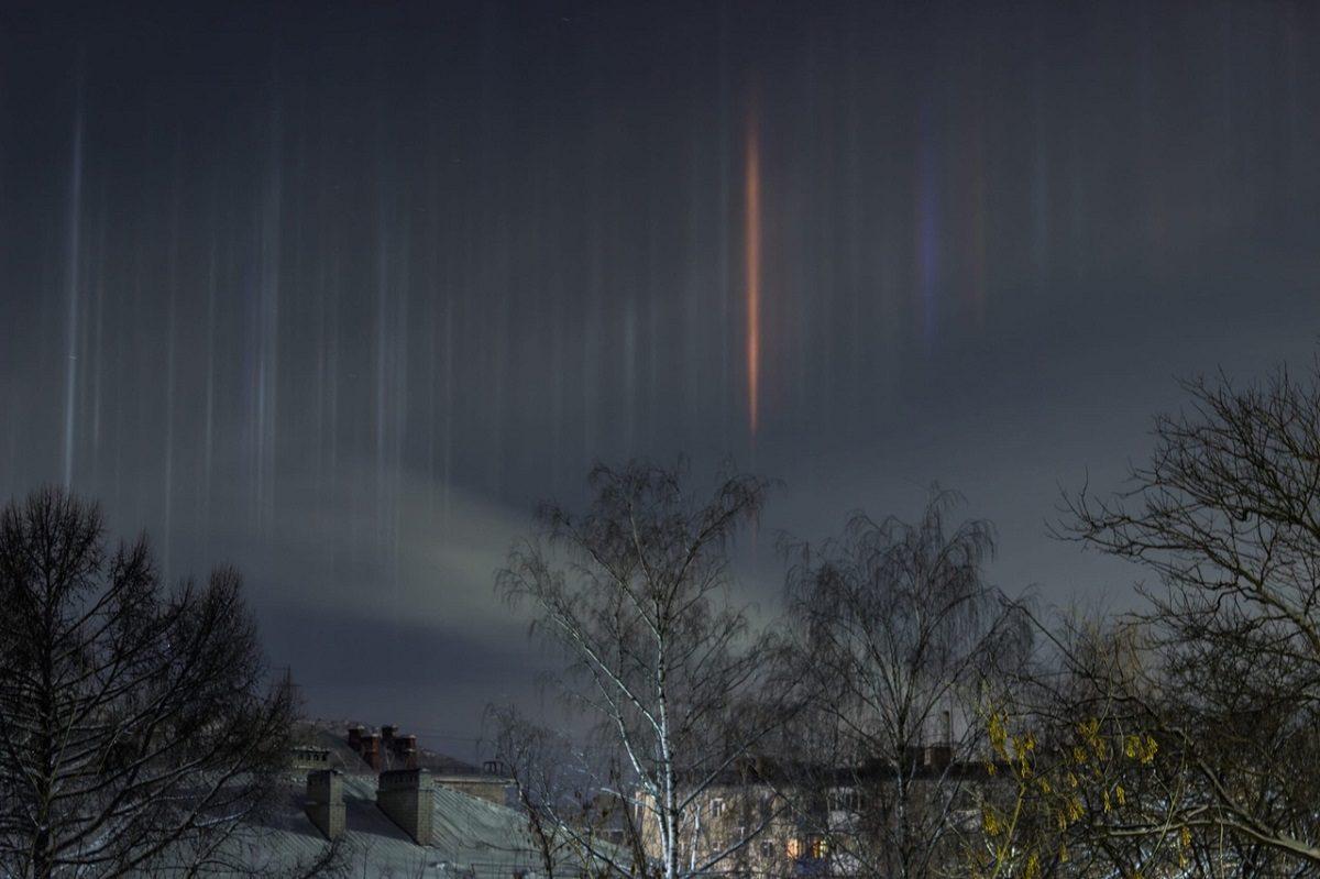 «Почти северное сияние»: огромные световые столбы сняли в небе над Дзержинском