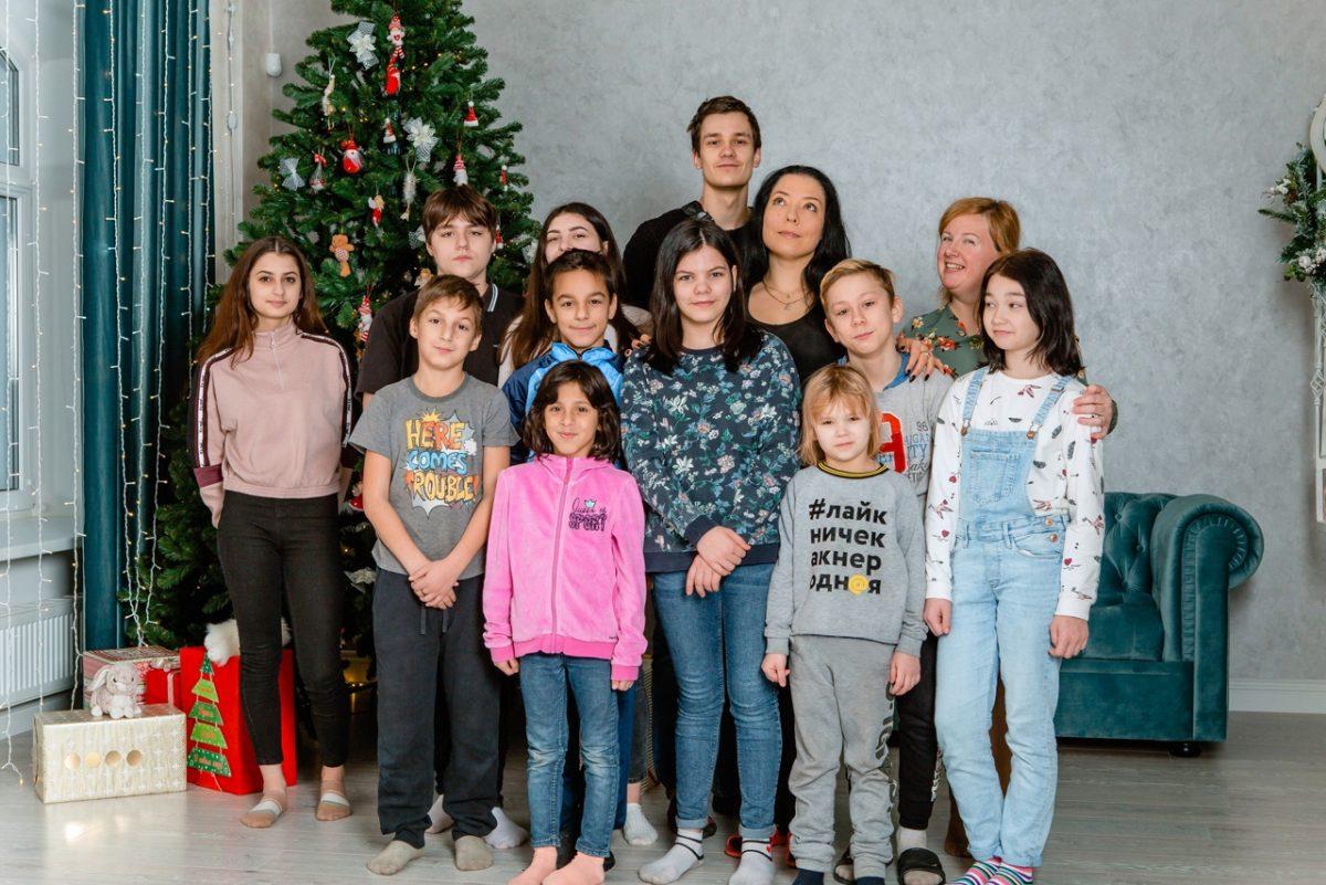 «Все дети, которые у нас растут в семье, как-то сами приходят»: приемная мама из Нижнего Новгорода ждет шестнадцатого ребенка