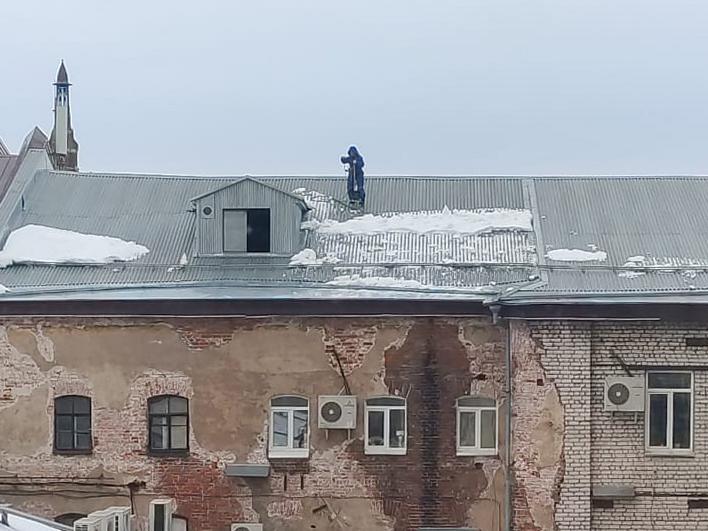 Нижегородских коммунальщиков накажут за неочищенные от снега и наледи крыши