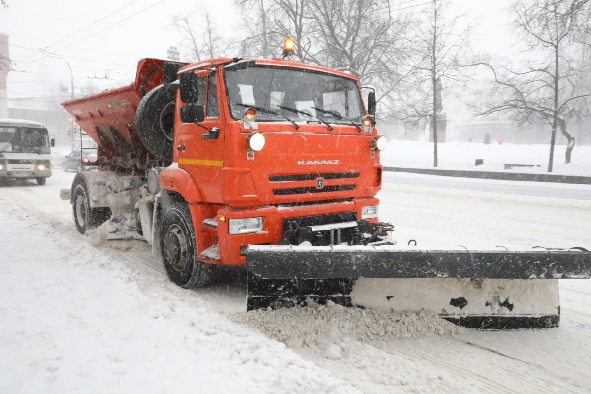 Для уборки дорог от снега и льда на улицы Нижнего Новгорода вывели 330 спецмашин