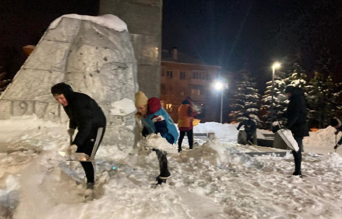 Волонтёры ОНФ очистили от снега памятные и исторические места Нижнего Новгорода к 23 февраля