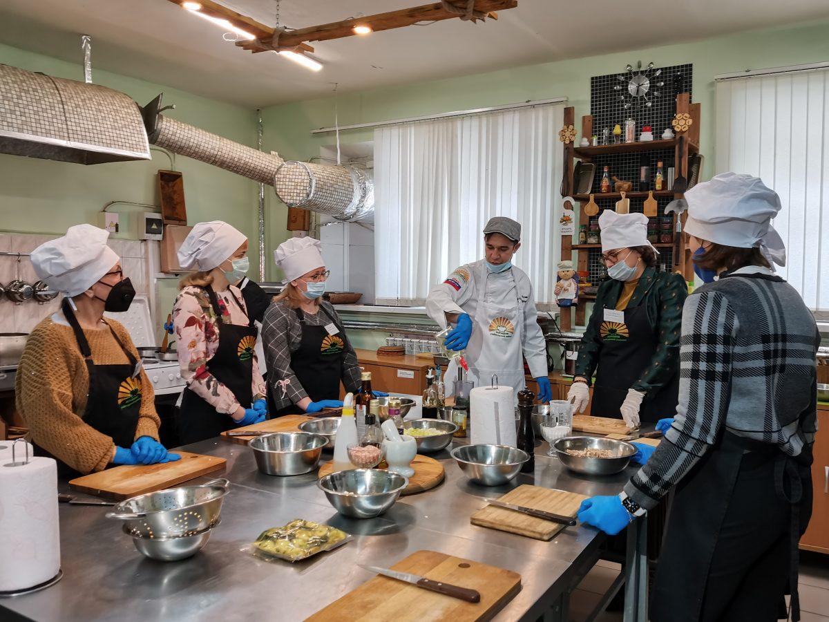 Известные нижегородки приготовили блюда для мужчин-медиков