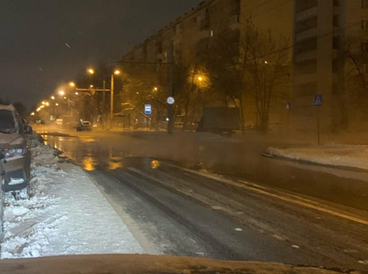 Коммунальная авария превратила дорогу в каток на Автозаводе