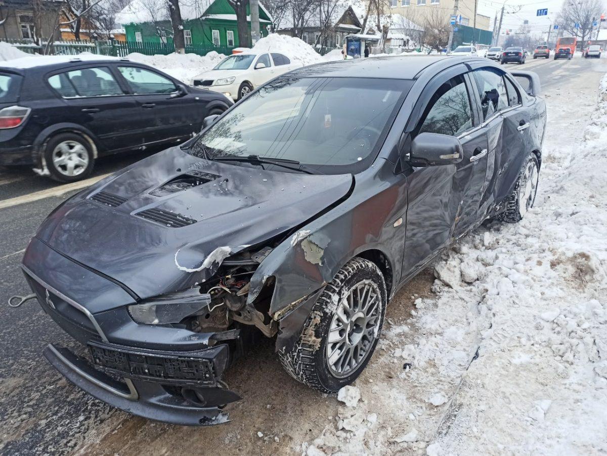 Иномарка протаранила остановку в Советском районе