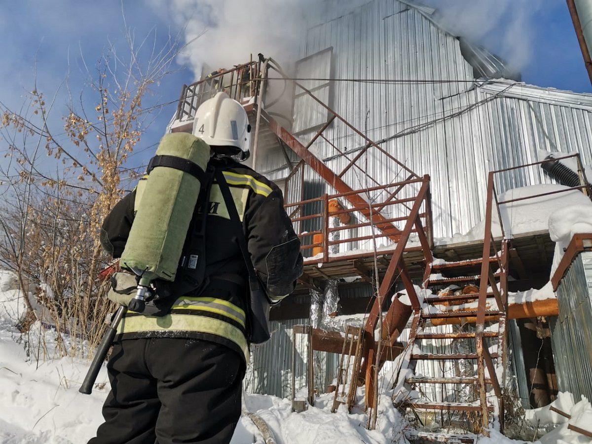 Крупный пожар вспыхнул в здании бывшего мясокомбината в Нижнем Новгороде