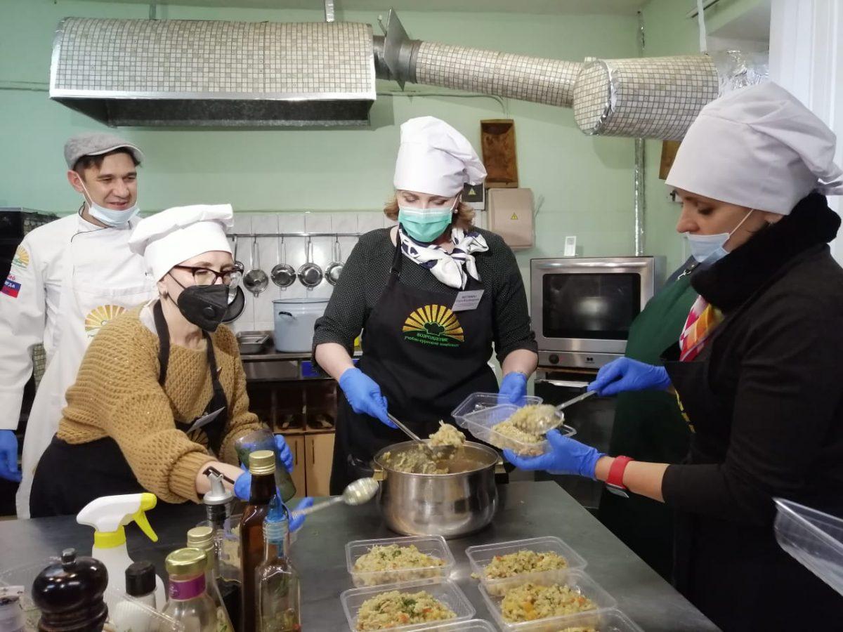 Ректоры ВУЗов, общественники и чиновники приготовили блюдо для врачей нижегородской больницы №30