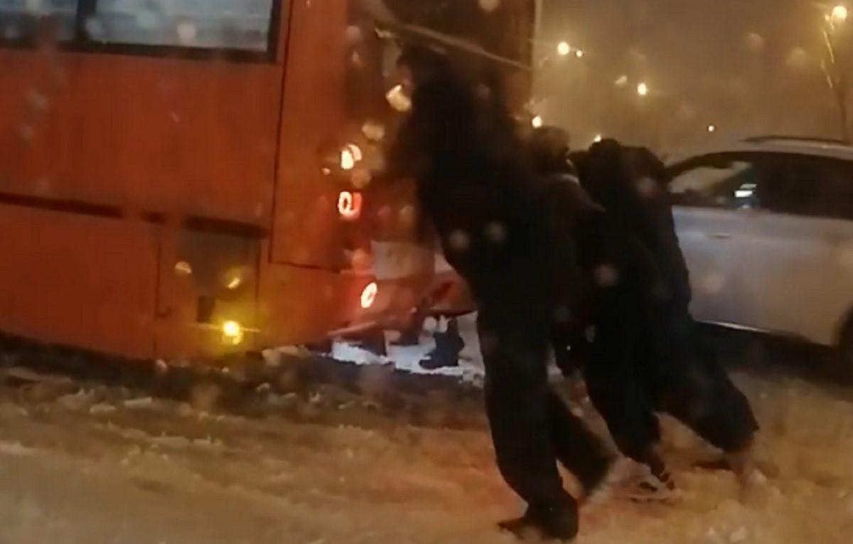 Нижегородцы толкали застрявшую в сугробах маршрутку, чтобы успеть на работу