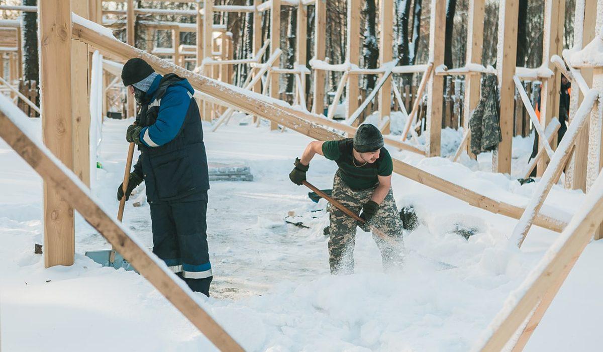 Особенности зимнего благоустройства: как проходят работы в парке «Швейцария»