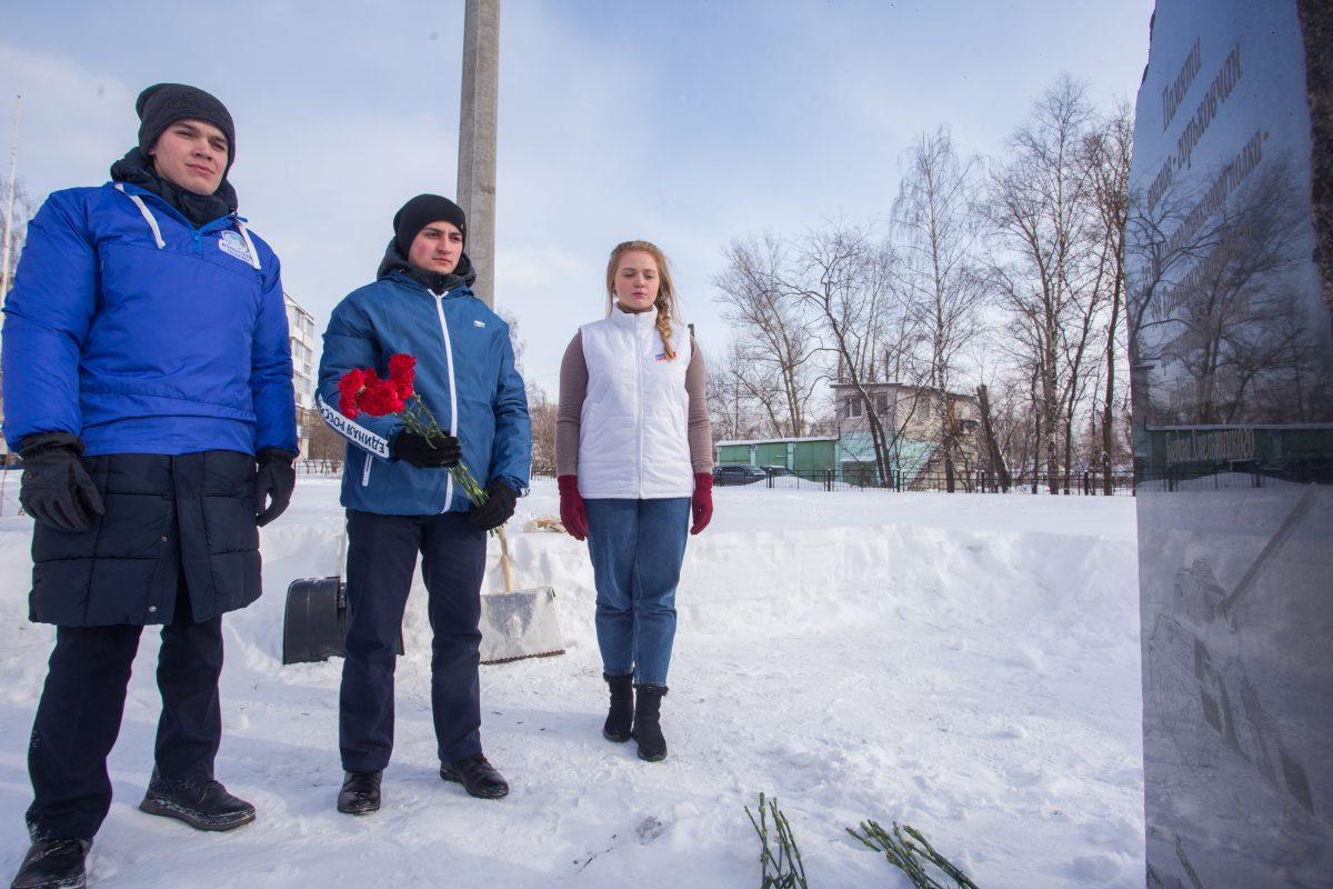 Тысячи гвоздик возложили нижегородцы к памятникам героев войны