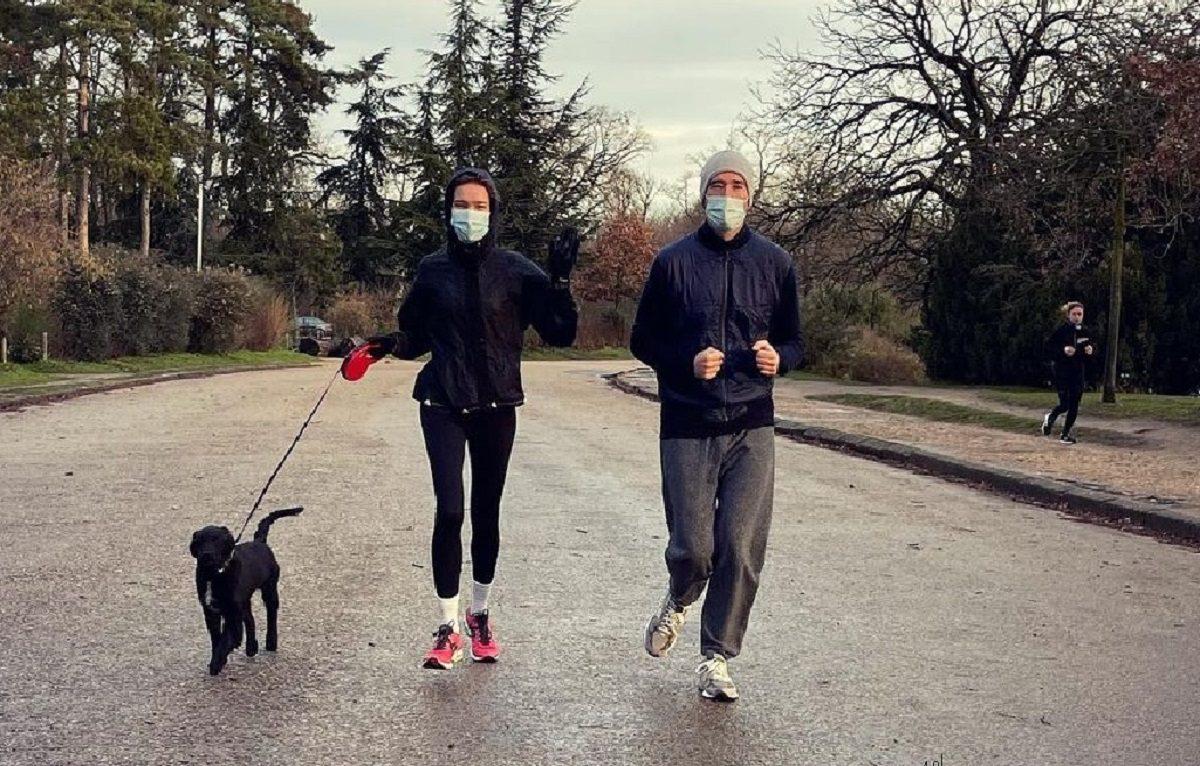 Наталью Водянову раскритиковали за пробежку в защитной маске