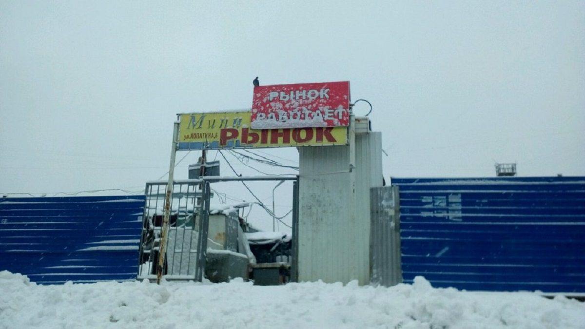Городские власти ждут денег, чтобы снести синий забор на Лопатина
