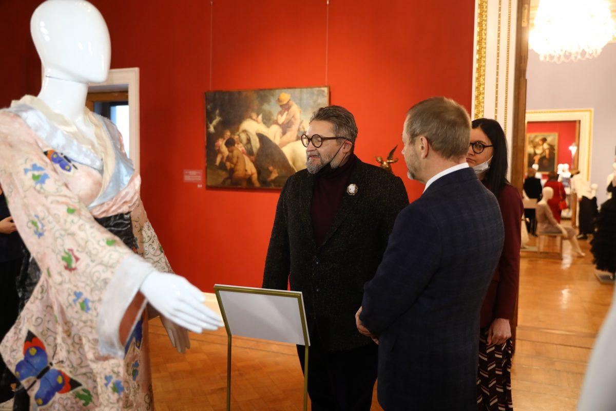 Стихи Серебряного века, «Платье с историей» и викторина — праздничная программа к 8 Марта