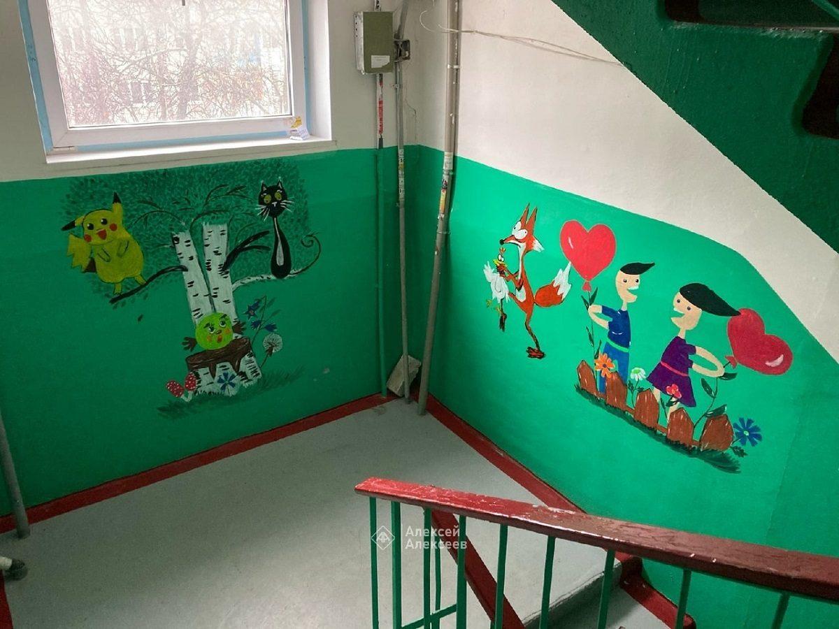 Фото дня: медсестра украсила стены подъезда оригинальными рисунками в Дзержинске