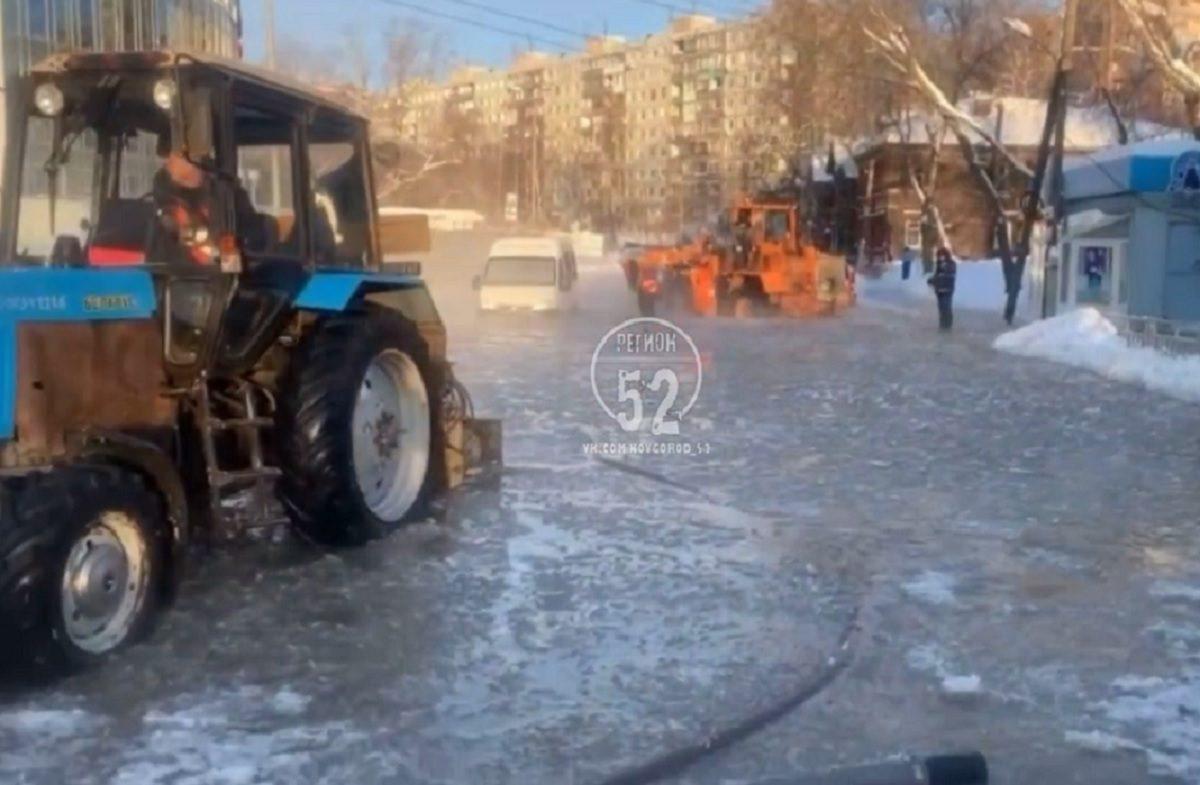 Рабочие начали счищать наледь на месте прорыва трубы на Ковалихинской