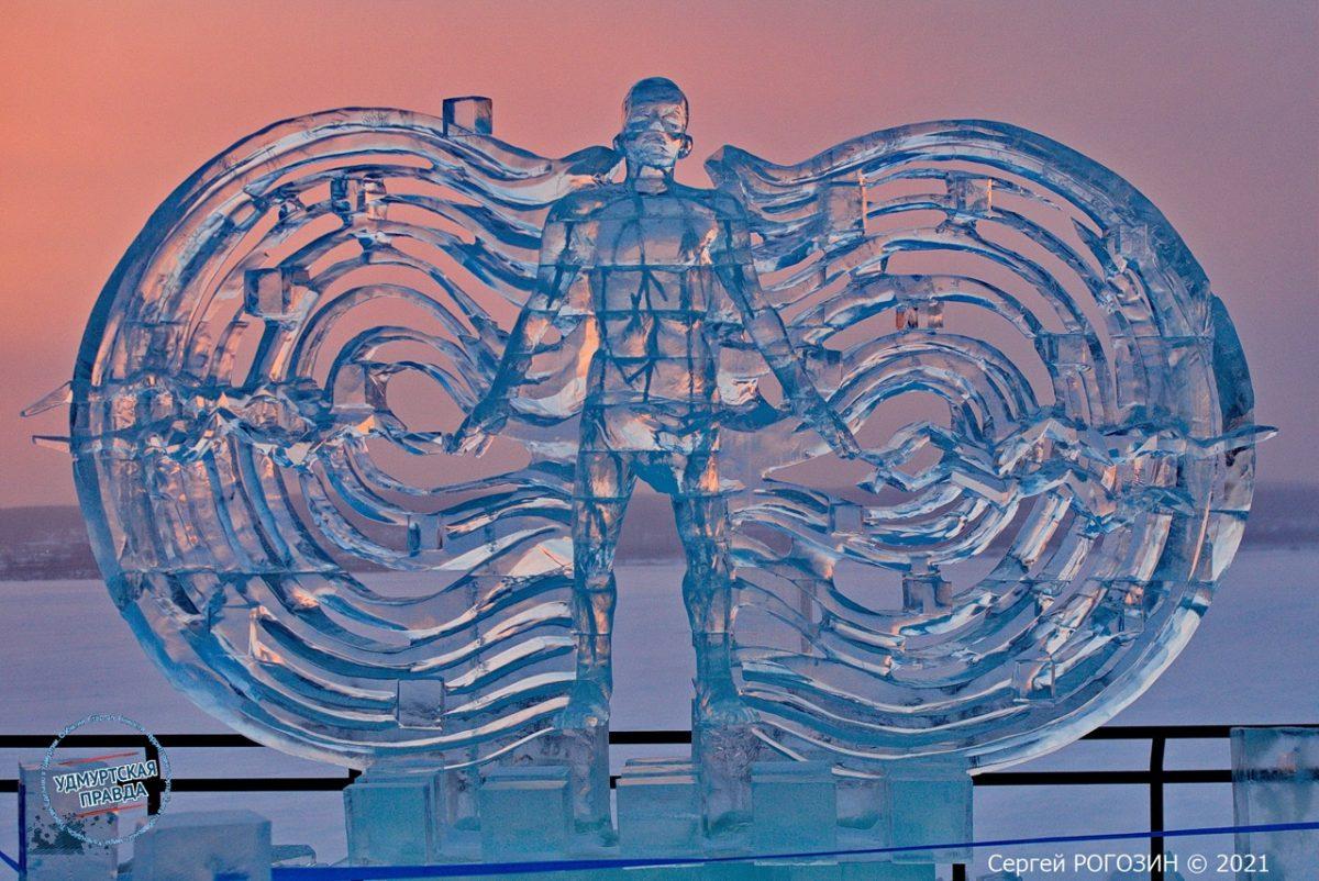 Фото дня: «Магнитное поле» изо льда создал нижегородец на фестивале в Ижевске