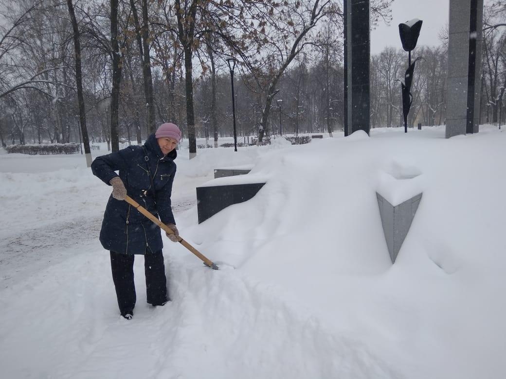 «Памятник не должен напоминать большой сугроб»: нижегородские добровольцы вышли на «снежный субботник»