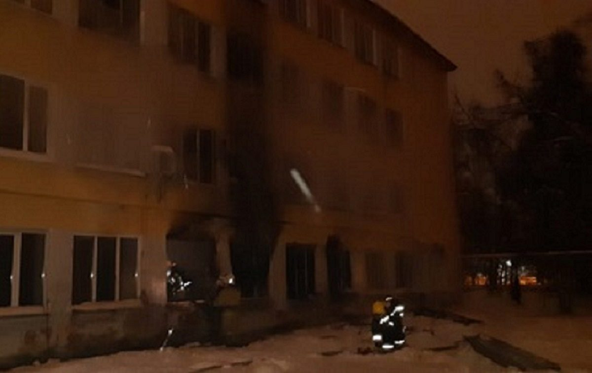 30 человек спасли пожарные из загоревшегося общежития в Автозаводском районе