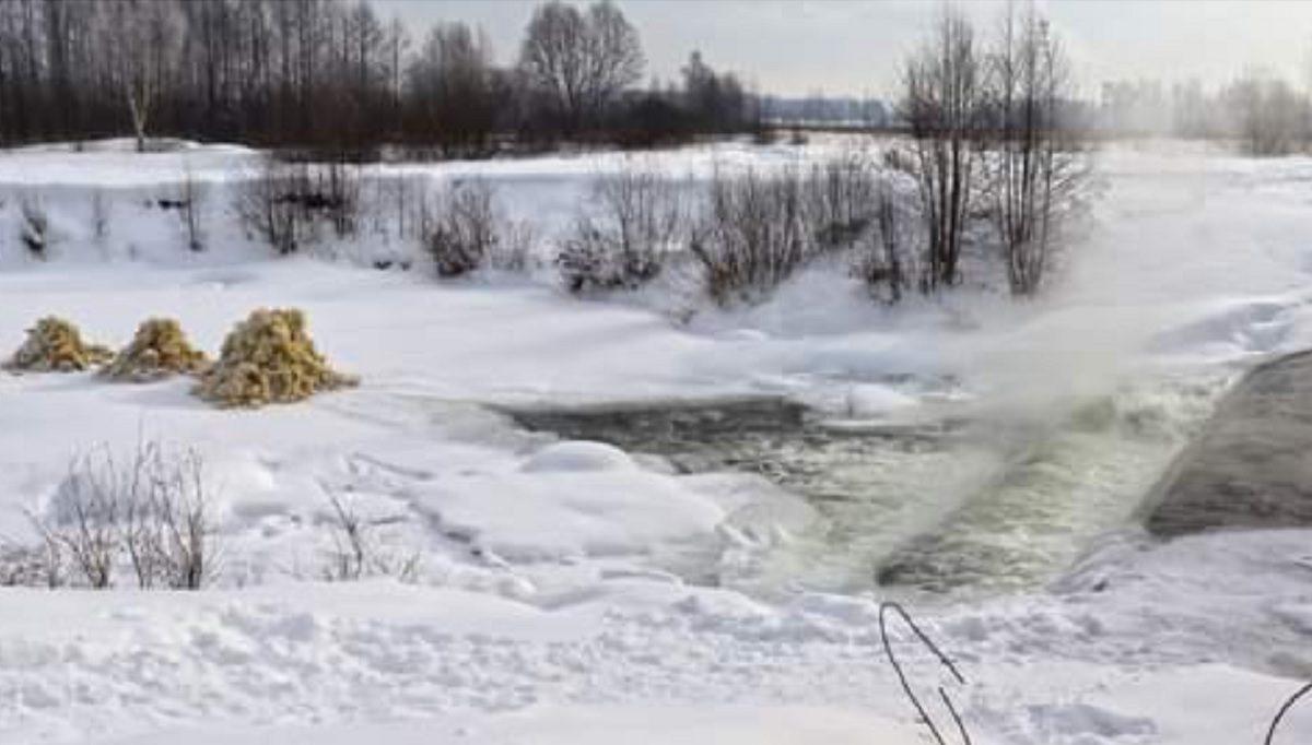 Горы пенных кристаллов появились около речки Кульман в посёлке Зелёный город в Нижнем Новгороде
