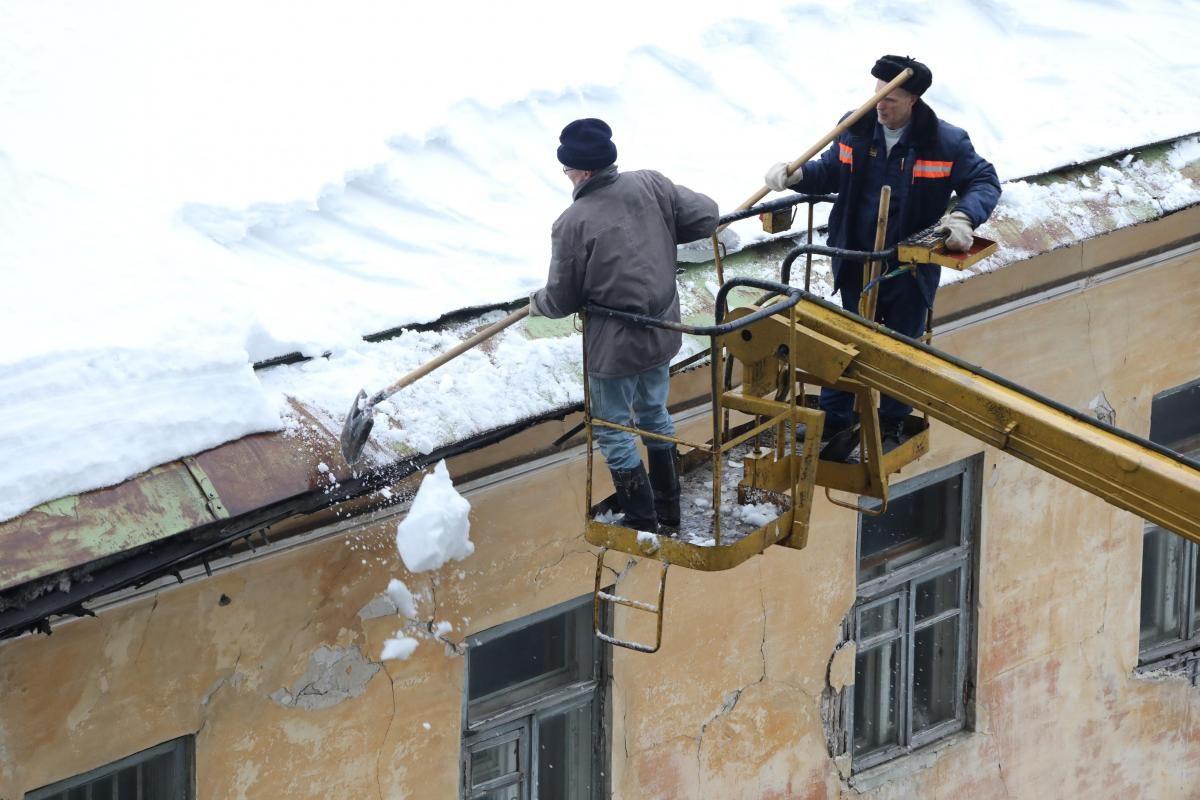 Строители ушли на новогодние каникулы, оставив протекать крышу трёхэтажного дома на бульваре Мира в Нижнем Новгороде