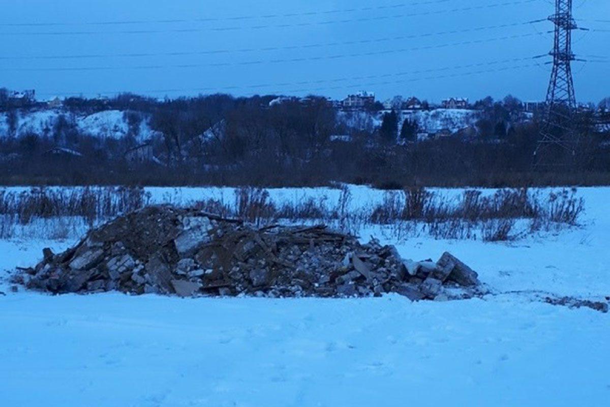 В Артёмовских лугах обнаружили свалку отходов, которая растёт по ночам