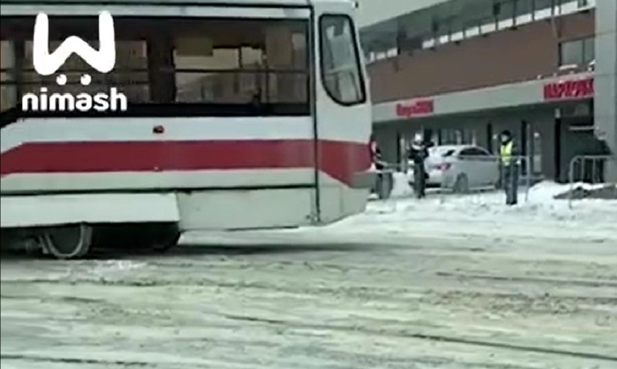 Трамвай сошёл с рельсов на площади Лядова