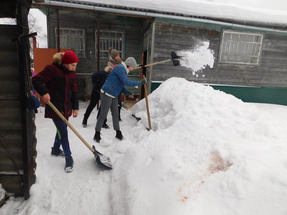 Волонтёры центра «Движение» помогают пенсионерам из Варнавина убирать сугробы около домов