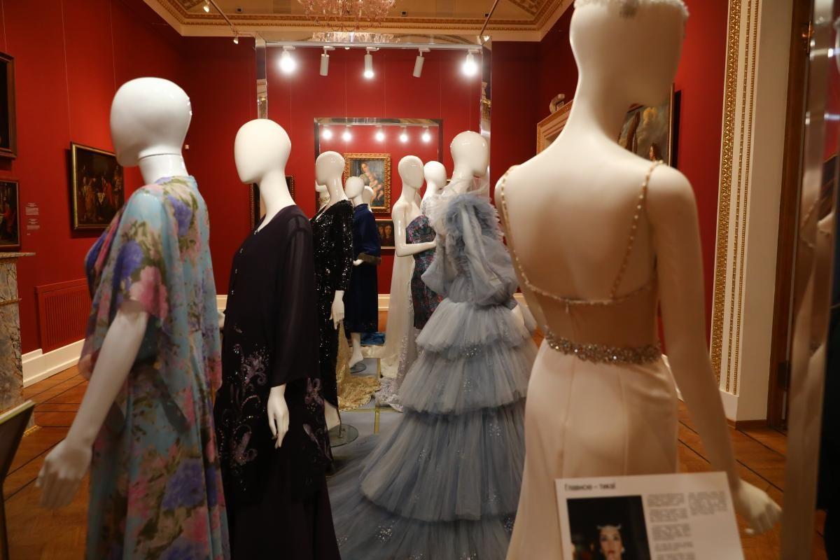 Знаменитый историк моды и телеведущий Александр Васильев открыл уникальную выставку «Платье с историей» в Нижнем Новгороде